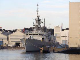 米海軍横須賀基地に停泊中のカナダ海軍のフリゲート艦「カルガリー」=21日午後、神奈川県横須賀市