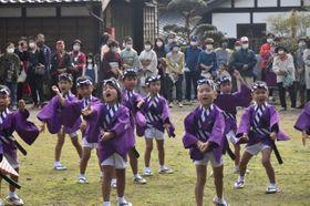 泰平踊を披露する飫肥こども園の園児