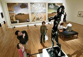 シュールレアリスムを代表する作家の絵画や写真、彫刻など114点が並ぶ横浜美術館コレクション展「王様の美術館」(23日午前、県立美術館=山下正晃撮影)