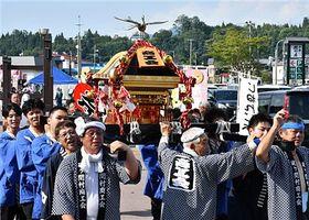 2年ぶりに復活したみこし運行。「ソイヤー」と勇ましい掛け声が響いた=平川市碇ケ関地区