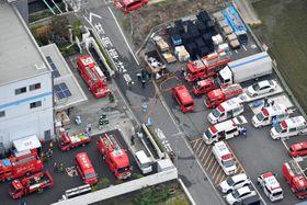 ガス漏れが発生したとみられる現場付近に集まった消防車両や救急車両=7日午後1時52分、奈良県広陵町(共同通信社ヘリから)
