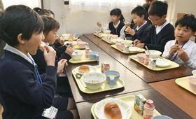 広島県廿日市市の阿品台東小で朝食を食べる児童=14日午前