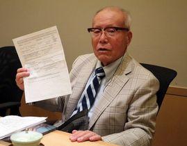 申請書を手に思いを語る森さん=長崎市、国立長崎原爆死没者追悼平和祈念館