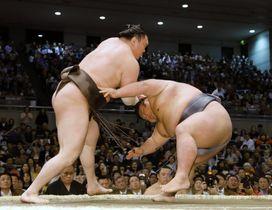 貴景勝(右)を攻める白鵬。上手投げで下した=エディオンアリーナ大阪