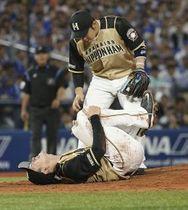 18日のDeNA戦で打球を左膝に受け、倒れ込む日本ハム・上沢
