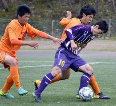 【学法石川―郡山】2戦連続ゴールを決めた学法石川のFW須和田(10)=十六沼公園サッカー場