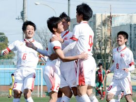 正智深谷―浦和東 後半1分、先制ゴールを挙げた浦和東の菅(2)が祝福される。右から2人目は2点目を奪った小川