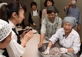 笹餅の作り方を伝える桑田ミサオさん(右)