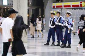 アリアナ・グランデさんのコンサート会場周辺を警戒する警察官=10日夜、千葉市美浜区