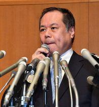 時折唇をかみながら報道陣の質問に答える「はれのひ」の篠崎洋一郎社長=2018年1月、横浜市中区