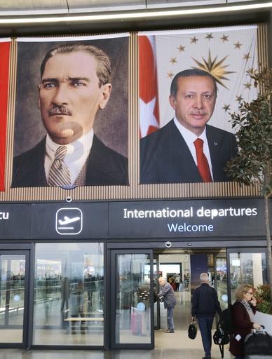 96回目のトルコ建国記念日に、イスタンブール新空港に掲げられた初代大統領アタチュルク(左)と大統領エルドアンの垂れ幕。新空港建設はエルドアンが力を入れた巨大事業で、2018年の建国記念日に開港した=19年10月(共同)