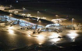昨年の台風21号に伴う高潮などで滑走路や施設が浸水した関西空港。地球温暖化の進行によって過去に例のない暴風雨災害の多発が懸念される=2018年9月