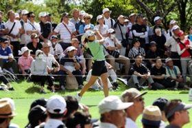 「第52回日本女子プロゴルフ選手権大会コニカミノルタ杯」で大勢の観客に囲まれてプレーする渋野日向子選手=12日午後、三木市細川町細川中、チェリーヒルズゴルフクラブ(撮影・斎藤雅志)