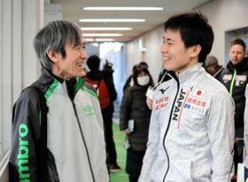 五輪代表に決まり、笑顔で会話する横山大希選手(右)と父の慎二さん=17日午後、名古屋市南区、日本ガイシプラザ