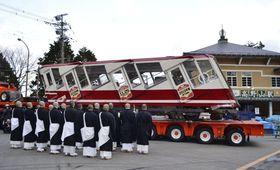 高野山ケーブルカーの旧車両に読経する金剛峯寺の僧侶ら=7日、和歌山県高野町