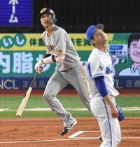 1回巨人無死一塁、DeNA・平良から中越えに先制2ランを放つ坂本勇=横浜で