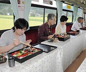 キノコづくしの料理と秋の山里の風景が楽しめる「きのこ列車」=恵那市内