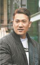 東北楽天の球団事務所であいさつした後、取材に応じる田中
