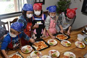 地元食材を使ったピザ作りに挑戦する児童