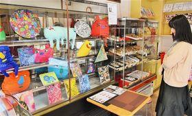色彩豊かな芸術作品で彩られた店内=焼津市のヤマカワ
