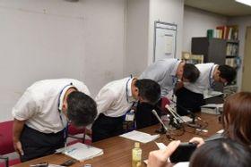 兵庫県尼崎市立尼崎高校の体罰問題で、処分発表を前に頭を下げる同市教育委員会の幹部=同市役所