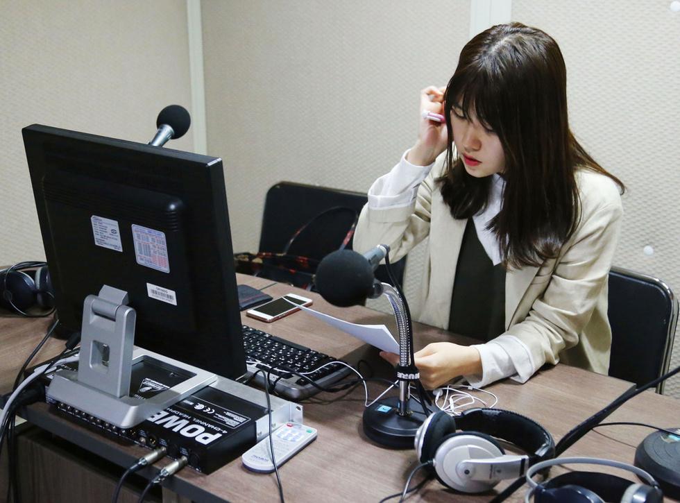 国民統一放送のスタジオで「対北放送」の準備をする、脱北者の女性アナウンサー=ソウル(撮影・山下和彦、共同)