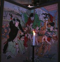 「絵金祭り」が始まり、ろうそくの炎で浮かび上がるびょうぶ絵=21日午後、高知県香南市