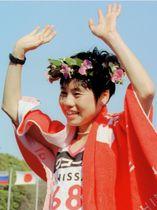 1996年3月、名古屋国際女子マラソンで優勝し、スタンドに手を振る真木和さん=瑞穂陸上競技場