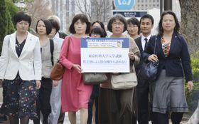 訴状を提出するため、東京地裁に向かう原告側弁護団=22日午後、東京・霞が関