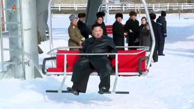 北朝鮮中部陽徳郡の温泉リゾートのスキー場でリフトに乗る金正恩朝鮮労働党委員長。朝鮮中央テレビが8日に放映した(共同)