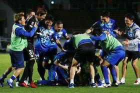 試合を決めるPKを決めたウリンボエフに駆け寄る徳島の選手ら=鳴門ポカリスエットスタジアム