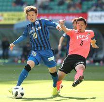 【大分―東京V】後半、右サイドからのクロスボールに合わせてゴールを狙う大分のFW藤本(左)