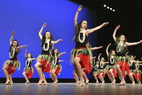 フラガールズ甲子園で初の最優秀賞に輝いた福島県立湯本高のダンス=19日午後、福島県いわき市