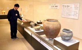焼き物の変遷をたどる展示会を紹介する村田学芸員