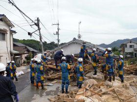行方不明者を捜索する県警の広域緊急援助隊隊員=11日、広島県呉市(県警提供)