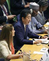 UHC推進に関する首脳級会合で演説する安倍首相(中央)=23日、米ニューヨークの国連本部(代表撮影・共同)