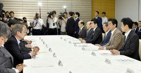首相官邸で開かれた台風10号の関係閣僚会議=16日午前