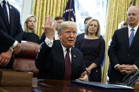 ホワイトハウスで記者団の取材に応じるトランプ大統領=16日、ワシントン(AP=共同)