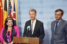 国連安保理の北朝鮮制裁委・非公開会合後、共同声明を読み上げるドイツのホイスゲン国連大使(中央)ら=13日、米ニューヨークの国連本部(共同)