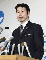 記者会見で辞職を表明する新潟県の米山隆一知事=18日午後、新潟県庁
