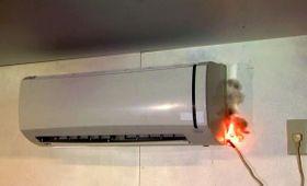 電源コードをねじったことが原因で発火するエアコンの火災事故を再現した様子(NITE提供)