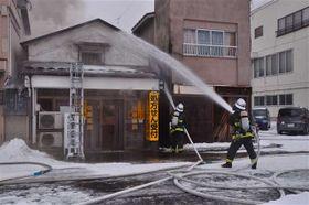 建物計5棟が燃えた火事現場=22日午前7時25分ごろ、能代市富町