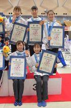 成年女子団体で3位になり、笑顔で表彰状と銅メダルを手にする本県選抜=日立市池の川さくらアリーナ、鹿嶋栄寿撮影