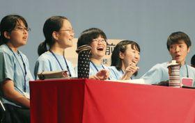 「俳句甲子園」で優勝し、喜ぶ青森県立弘前高の生徒=18日午後、松山市