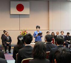 司法修習を終えた新任検事に訓示する上川法相=18日、法務省
