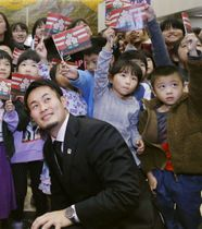 福岡県庁で行われた感謝状贈呈式で、地元の小学生らと記念撮影するラグビーW杯日本代表の福岡堅樹選手=21日午後