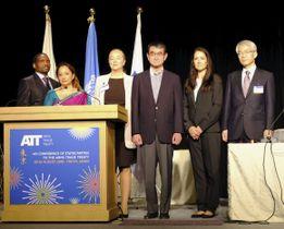 武器貿易条約(ATT)の締約国会議に出席した河野外相(右から3人目)=20日午前、東京都内のホテル