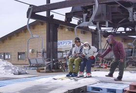 3日ぶりに運転を再開した月山スキー場のリフトに乗る人たち=14日午前、山形県西川町