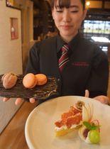 市田柿をふんだんに載せたタルト(手前の皿の左側)やマカロン(奥の皿の右側)