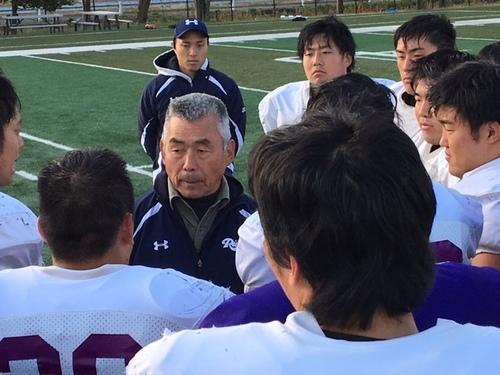 練習後、選手に話をする水野さん=埼玉県富士見市の立教大グラウンド